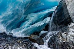 Caverna di ghiaccio al ghiacciaio di Worthington nell'Alaska Stati Uniti di Ameri immagine stock libera da diritti
