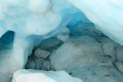 Caverna di ghiaccio blu del ghiacciaio immagine stock