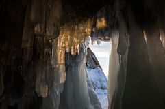 Caverna di ghiaccio sul lago Baikal fotografie stock