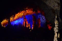 CAVERNA DI POSTUMIA, SLOVENIA - 21 DICEMBRE 2017: Illuminazione della caverna di Postumia durante l'evento delle scene viventi di Fotografia Stock Libera da Diritti