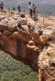 Caverna do arco que Rappelling fotos de stock royalty free