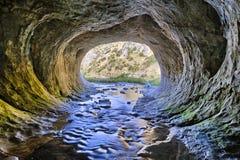 Caverna do interior à parte externa Imagens de Stock Royalty Free