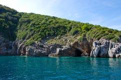 Caverna do mar com água azul Fotos de Stock