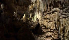 Caverna do PROMETHEUS da foto com estalactites e estalagmites belamente iluminados imagem de stock