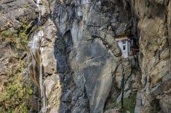 Caverna dove un monaco nominato Khado Yeshi Tsogyal ha praticato il 'Vajrakilaya', nido del ` s della tigre, monastero di Tak Fotografia Stock Libera da Diritti