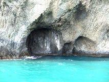 Caverna e água azul Imagem de Stock