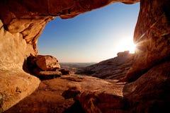 Caverna e por do sol nas montanhas do deserto Fotos de Stock Royalty Free