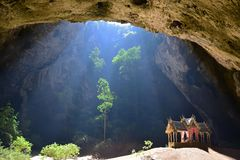 Caverna escondida do nakhon de Phraya do pavillion do templo interior bonito foto de stock royalty free