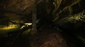 Caverna escura interna com luz amarela em montanhas caucasianos em Kutaisi, Geórgia filme