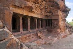 Caverna 1: Fachada Cavernas de Badami, Karnataka, Índia Descrevendo carvings de ganas dwarfish, com cabeças bovinas e equinos, em imagens de stock