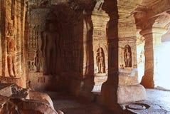 Caverna 4: Figura cinzelada de Indrabhuti Gautama Cavernas de Badami, Badami, Karnataka imagem de stock