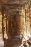 Caverna 4: Figura cinzelada de Indrabhuti Gautama Cavernas de Badami, Badami, Karnataka imagens de stock