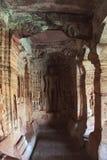 Caverna 4: Figura cinzelada de Indrabhuti Gautama Cavernas de Badami, Badami, Karnataka imagens de stock royalty free