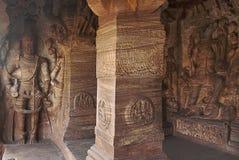 Caverna 3: Figuras cinzeladas de Harihara, uma escultura sincrética de Vishnu e de Shiva Cavernas de Badami, Karnataka, Índia Imagens de Stock