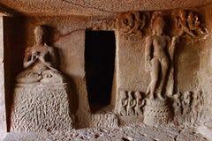 A caverna 9, figuras cinzeladas saiu de cavernas de Aurangabad do vestíbulo, Aurangabad Imagens de Stock Royalty Free
