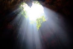 Caverna a forma di dell'indicatore luminoso del raggio del cuore immagini stock