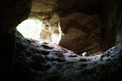 Caverna fredda profonda Raggiunga l'uscita immagini stock libere da diritti