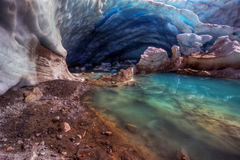 Caverna glaciale blu con il meltpool stupefacente Fotografia Stock Libera da Diritti