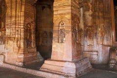 Caverna 4: Immagini di Jaina Tirthankara incise sulle colonne e sulle pareti interne Caverne di Badami, Badami, il Karnataka Fotografia Stock
