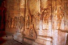 Caverna 4: Immagini di Jaina Tirthankara incise sulle colonne e sulle pareti interne Ci sono idoli di Yakshas, di Yakshis, di Pad Immagine Stock Libera da Diritti