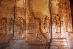Caverna 4: Immagini di Jaina Tirthankara incise sulle colonne e sulle pareti interne Ci sono idoli di Yakshas, di Yakshis, di Pad Fotografie Stock