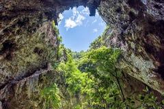 Caverna interna com luz solar através do furo no teto da caverna Phraya N Fotos de Stock Royalty Free