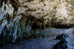 Caverna jorrando da rocha Imagem de Stock