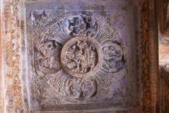 Caverna 3: Le figure scolpite di Vishnu hanno messo su un serpente incappucciato chiamato Sesha o Ananta sul lato orientale del v Fotografia Stock