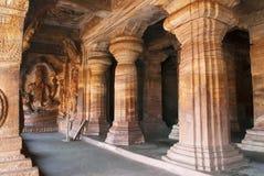 Caverna 3: Le figure scolpite di Vishnu hanno messo su un serpente incappucciato chiamato Sesha o Ananta sul lato orientale del v Immagine Stock