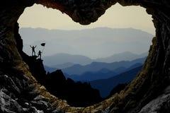 Caverna místico, encantador e coração-dada forma e montanhistas máximos imagens de stock royalty free
