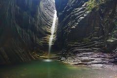 Caverna majestosa com a cachoeira bonita de fluxo fotos de stock royalty free