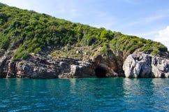 A caverna na ilha Fotos de Stock