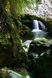 Caverna naturale della cascata del ponticello Fotografia Stock