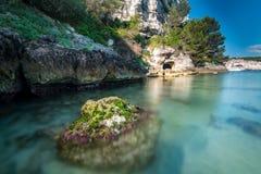 Caverna nel mare fotografia stock