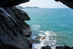 Caverna no mar fotografia de stock