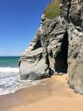 Caverna pela praia Imagem de Stock Royalty Free