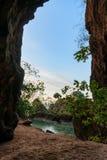 Caverna pequena na praia de Phra Nang fotografia de stock