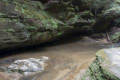 Caverna rasa com córrego imagens de stock