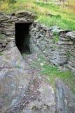 Caverna sotto una collina fotografia stock libera da diritti