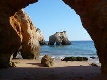 Caverna sulla spiaggia del Algarve Fotografie Stock Libere da Diritti