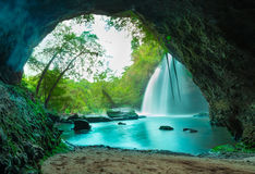 Caverna surpreendente na floresta profunda com fundo bonito das cachoeiras fotografia de stock royalty free