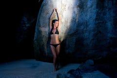Caverna tropical do recurso da mulher sensual Imagem de Stock Royalty Free