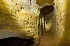 Cavernas da areia na luz da lanterna elétrica Imagem de Stock