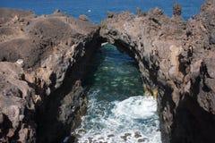 Cavernas da lava na costa de Lanzarote Foto de Stock