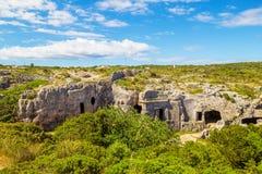 Cavernas da necrópolis de Cala Morell foto de stock