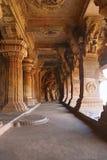 Cavernas de Badami, Karnataka, Índia Caverna 3: Figura cinzelada de Vishnu como Narasimha, leão parcialmente humano, meio Os supo fotos de stock royalty free