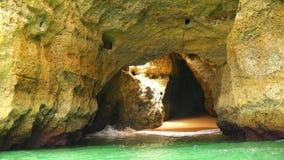 Cavernas de Lagoa, e opiniões da costa e das praias, o Algarve, Portugal (4K) filme