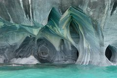 Cavernas de mármol sobre el agua de azules turquesa, Chile foto de archivo libre de regalías