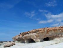 Cavernas do mar e céu azul Foto de Stock Royalty Free