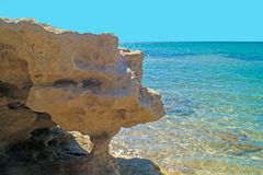Cavernas e formações de rocha pelo mar na área de Sarakiniko em Milos Fotografia de Stock Royalty Free